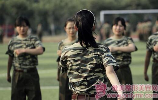 学生军训晒黑后用什么方法变白