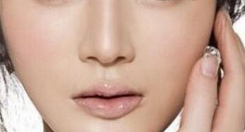 玻尿酸注射隆鼻是由医生快速地捏出理想的鼻型